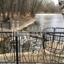 Металлическое ограждение пруда
